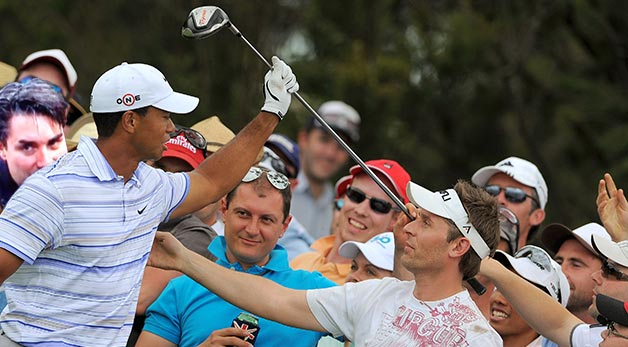 tiger-woods-sniff_article