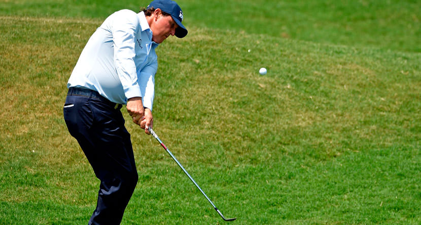 Mickelson Gives Impromptu Chipping Lesson